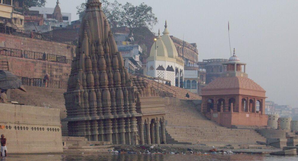 Un templo en la orilla del río Ganges