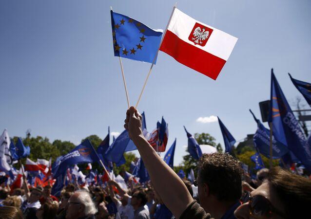 Banderas de la UE y Polonia (archivo)