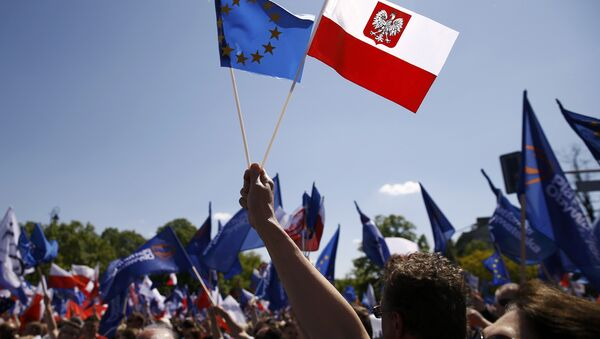 People wave EU and Polish flags as they march during anti-government demonstration organized by main opposition parties in Warsaw, Poland May 7, 2016. - Sputnik Mundo