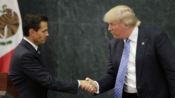 U.S. presidential nominee Trump and Mexico's President Pena Nieto shake hands in Mexico City - Sputnik Mundo