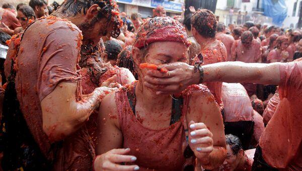 Personas participaron en la tradicional Tomatina en España - Sputnik Mundo