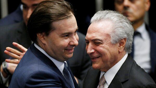 Presidente de la Cámara de Diputados, Rodrigo Maia, y presidente de Brasil, Michel Temer - Sputnik Mundo