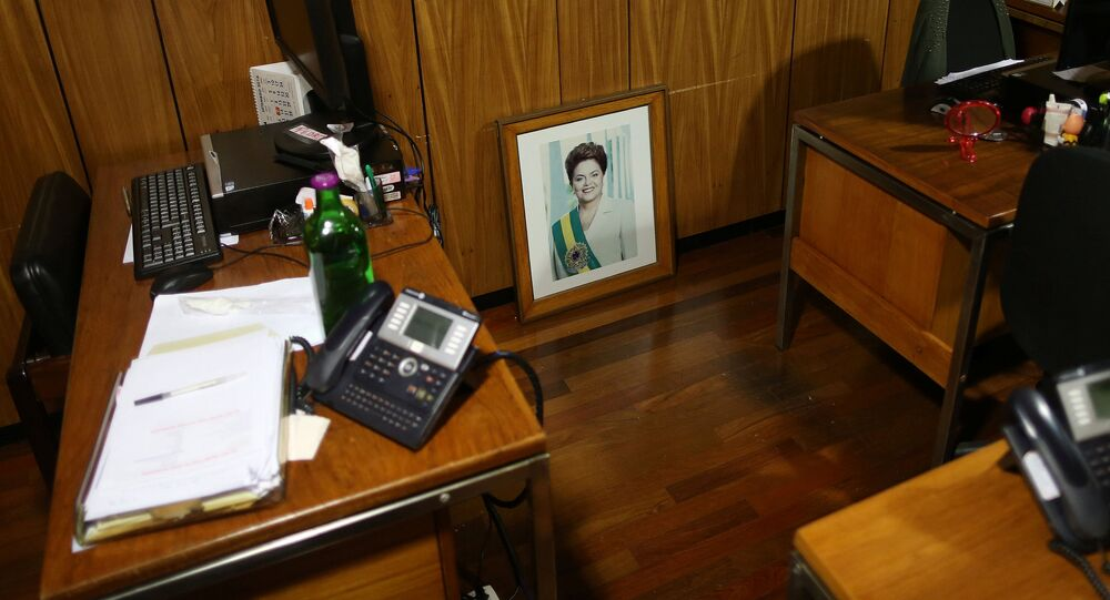 Foto de la expresidenta de Brasil, Dilma Rousseff, en una oficina en el Palacio Presidencial