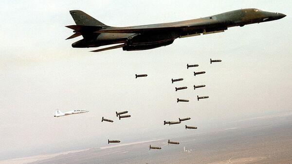 Un B-1 Lancer estadounidense lanzando munición de racimo - Sputnik Mundo
