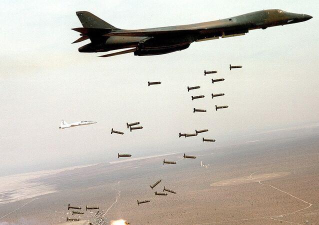 Un B-1 Lancer estadounidense lanzando munición de racimo