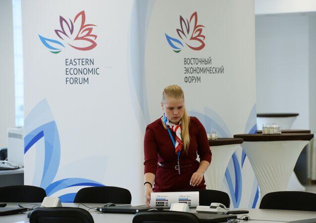 Una voluntaria del Foro Económico Oriental