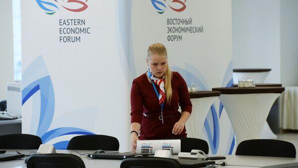 Una voluntaria del Foro Económico Oriental - Sputnik Mundo