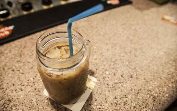 El moka es una bebida hecha con dos expresos, leche, chocolate y canela y es según Alejandro, la especialidad 'de la casa'. Con el tiempo también quieren servir comida. - Sputnik Mundo