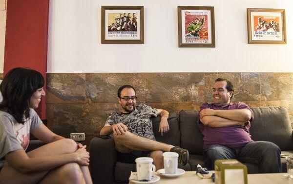 Alejandro recibe en muchas ocasiones a amigos que vienen a verle y charlar con él en el local. - Sputnik Mundo