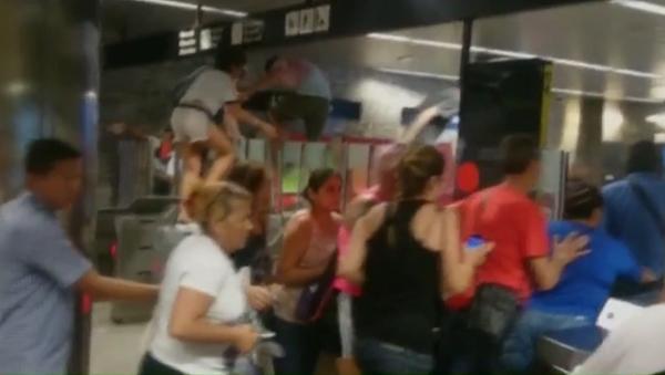 Pánico en el metro de Barcelona - Sputnik Mundo