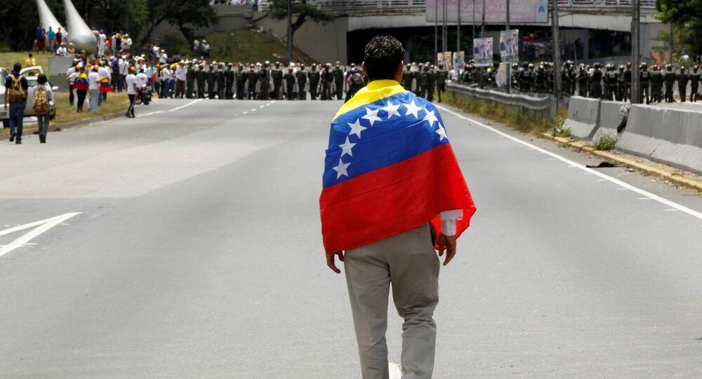 Partidiario de la oposición venezolana con la bandera de Venezuela (archivo)
