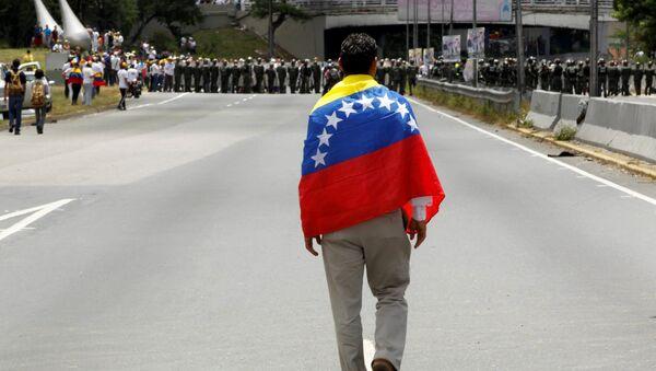 Partidiario de la oposición venezolana con la bandera de Venezuela - Sputnik Mundo