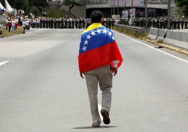 Partidiario de la oposición venezolana con la bandera de Venezuela