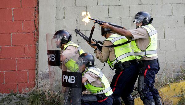 Efectivos de seguridad disuelven disturbios en Caracas - Sputnik Mundo