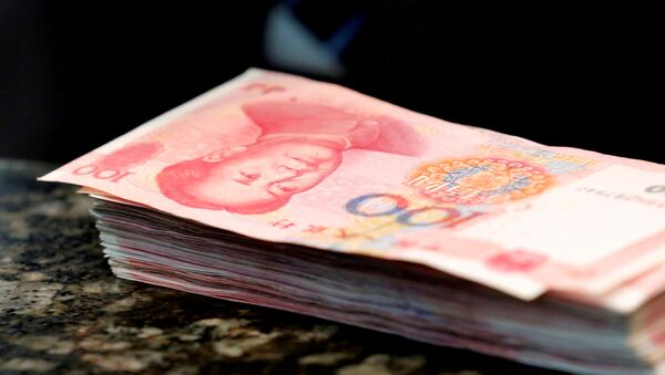 Chinese 100 yuan banknotes are seen on a counter of a branch of a commercial bank in Beijing - Sputnik Mundo