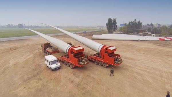 Cómo se transportan las palas de los aerogeneradores gigantes - Sputnik Mundo