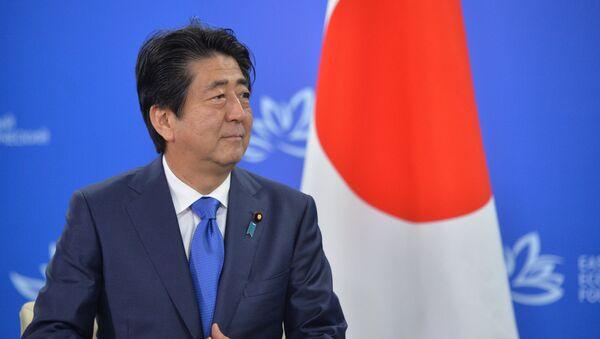 Shinzo Abe, el primer ministro nipón, durante el Segundo Foto Económico Oriental - Sputnik Mundo