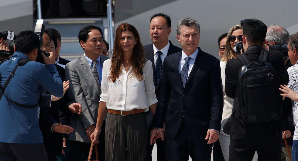 Mauricio Macri, presidente de Argentina, con su esposa al llegar China para la cumbre de G20