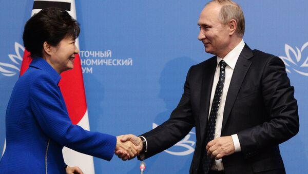 La presidenta de Corea del Sur, Park Geun-hye y el presidente de Rusia, Vladímir Putin - Sputnik Mundo