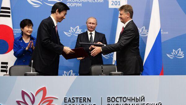 La reunión entre la presidenta de Corea del Sur, Park Geun-hye, y el presidente de Rusia, Vladímir Putin - Sputnik Mundo