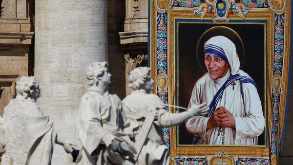 El retrato de la Madre Teresa de Calcuta en la fachada de la basílica de San Pedro durante su canonización en la plaza de San Pedro en la ciudad del Vaticano - Sputnik Mundo
