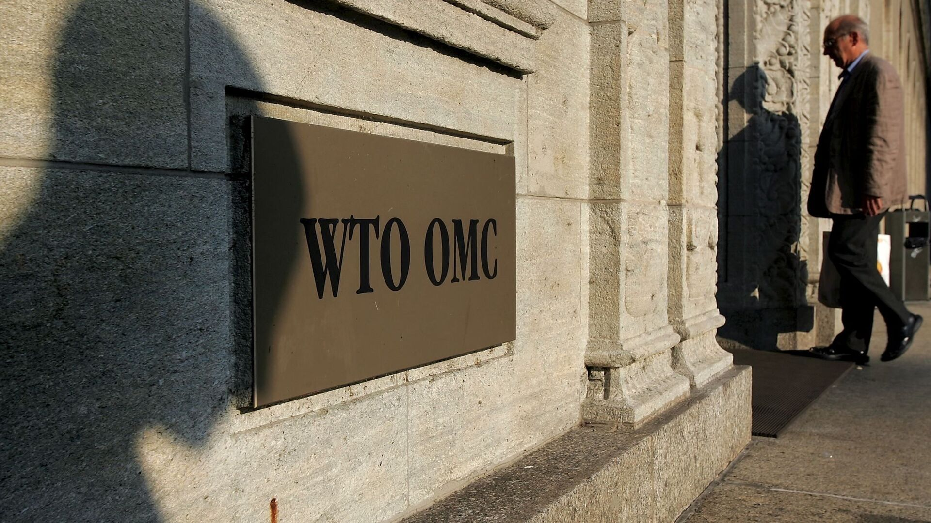 The shadow of a sculpture is reflected on the World Trade Organisation, WTO sign near the entrance of the headquarters, in Geneva (File) - Sputnik Mundo, 1920, 27.03.2021