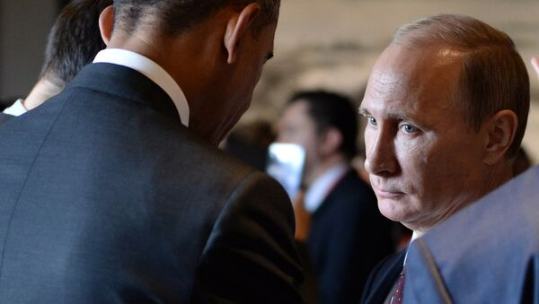 Russian President Vladimir Putin (R) speaks with US President Barack Obama (L) before the Asia-Pacific Economic Cooperation (APEC) Summit plenary session at the International Convention Center in Beijing on November 11, 2014 - Sputnik Mundo