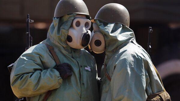 Soldados vestidos en el uniforme de defensa química (archivo) - Sputnik Mundo