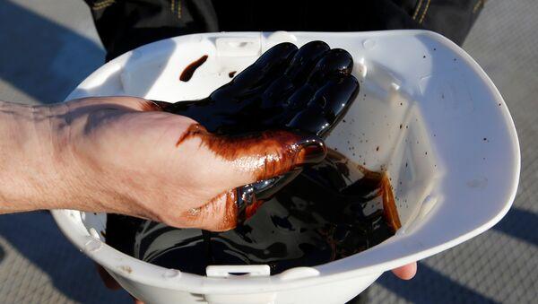 Los empleados de Rosneft enseñan una muestra del petróleo de Siberia - Sputnik Mundo