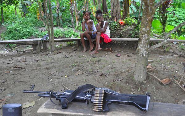 Los guerrilleros de las FARC visitan una aldea vecina - Sputnik Mundo