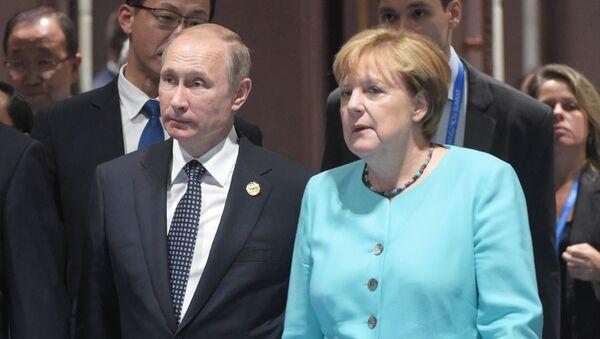 Vladímir Putin (centro) con Xi Jinping y Angela Merkel - Sputnik Mundo