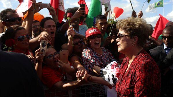 La expresidenta brasileña Dilma Rousseff abandonó definitivamente el Palacio de la Alvorada de Brasilia ante una multitud que la aclamaba - Sputnik Mundo