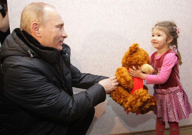 Vladímir Putin le regala un osito de peluche a una niña