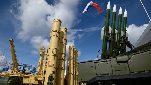 Sistemas antiaéreos rusos S-300VM Antey-2500 y SA-17 Buk-M2 en el foro Army-2016 - Sputnik Mundo