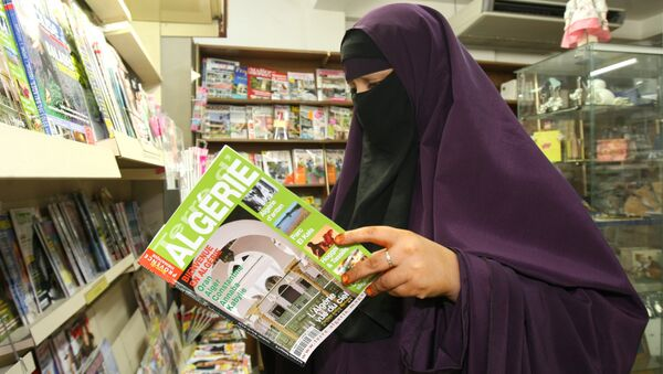 A woman wears a niqab , as she reads a magazine in a shop, in Avignon, southern France, Monday, Sept. 13, 2010. - Sputnik Mundo