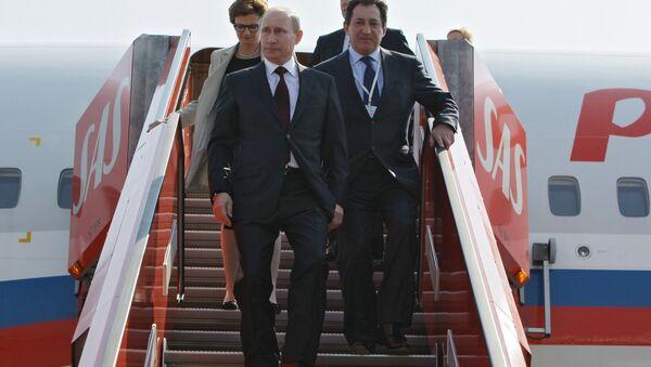 Putin bajando del avión tras el aterrizaje en Dinamarca - Sputnik Mundo