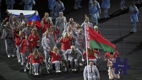 Deportistas bielorrusos llevan la bandera de Rusia en la apertura de los Paralímpicos - Sputnik Mundo