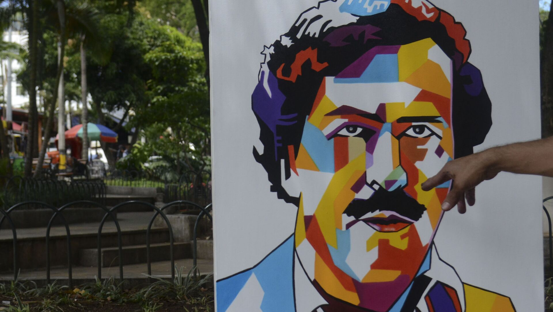 Paintings depicting late Colombian drug lord Pablo Escobar are on display at Lleras Park in Medellin - Sputnik Mundo, 1920, 24.09.2020