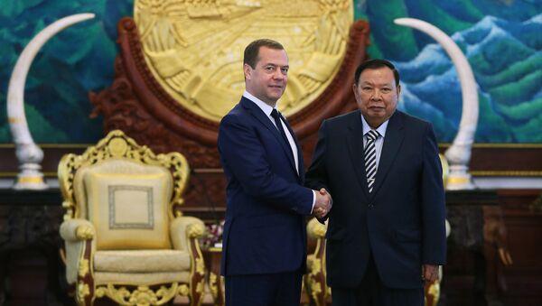 Primer ministro ruso, Dmitri Medvédev, y presidente de Laos, Bounnhang Vorachith - Sputnik Mundo