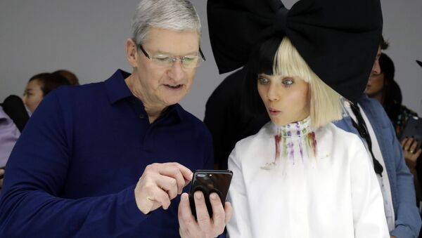 Tim Cook, CEO de Apple, le muestra un iPhone 7 a la célebre bailarina Maddie Ziegler - Sputnik Mundo