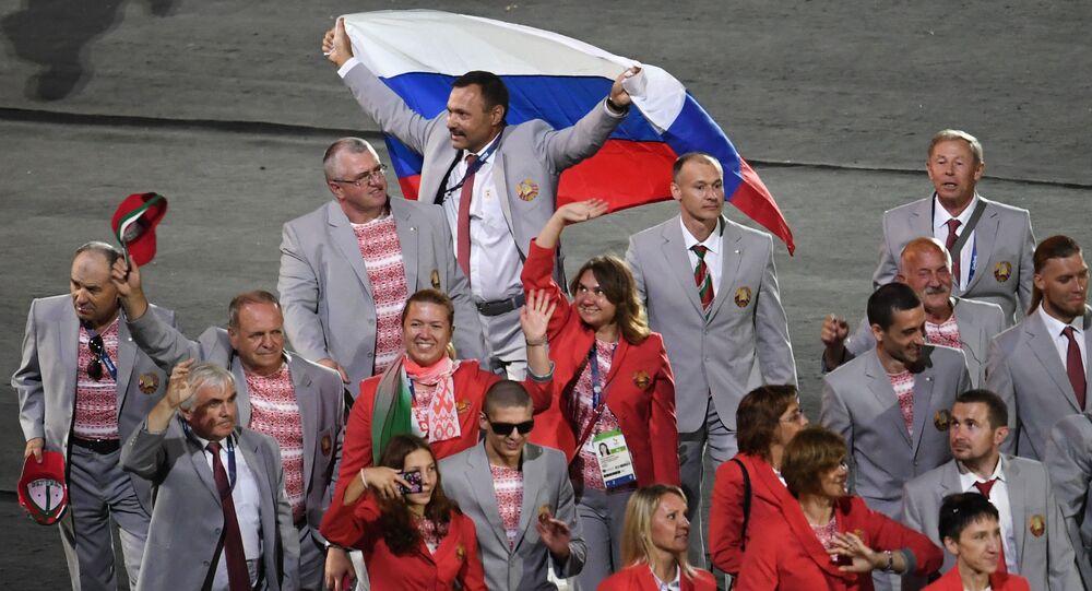 Andréi Fómochkin con la bandera rusa