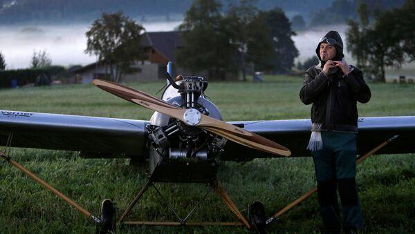 Frantisek Hadrava y su avión - Sputnik Mundo