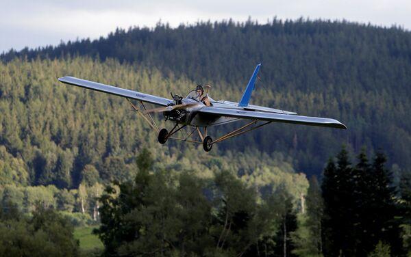 Frantisek Hadrava vuela en su avión artesanal - Sputnik Mundo