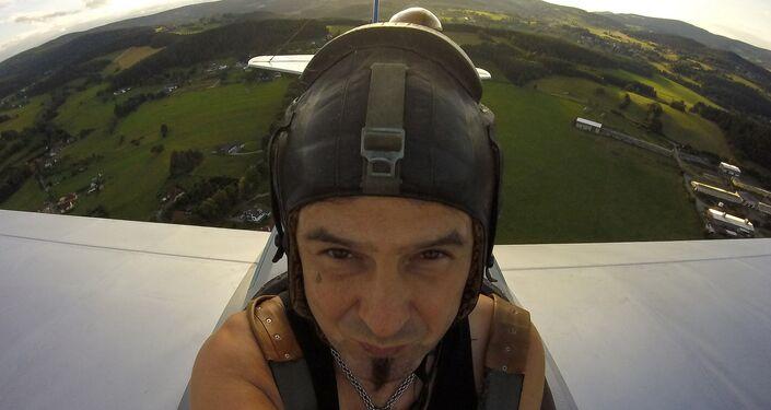 Frantisek Hadrava vuela en su avión artesanal