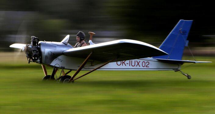 Frantisek Hadrava hace despegar su avión artesanal