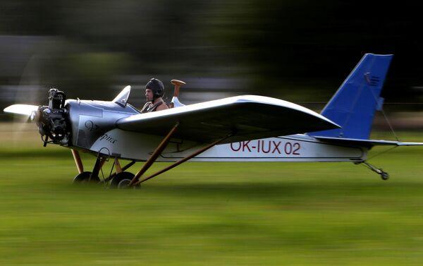 Frantisek Hadrava hace despegar su avión artesanal - Sputnik Mundo