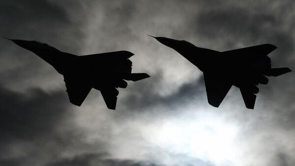 Aviones de combate MiG-29 sobrevuelan el foro ARMY 2016 - Sputnik Mundo