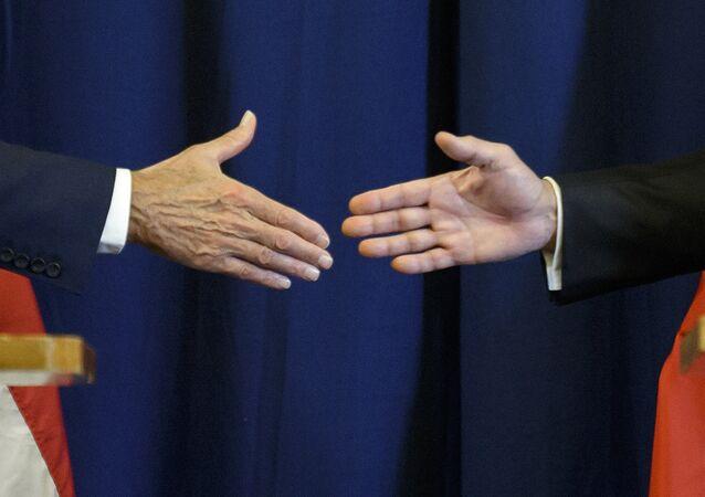 Secretario de Estado de EEUU, John Kerry, y ministro de Exteriores de Rusia, Serguéi Lavrov estrechan las manos