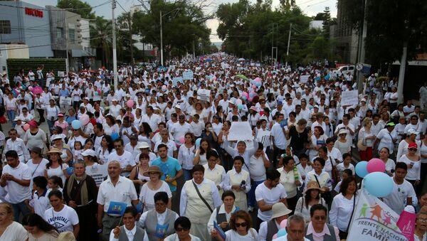 Una manifestación contra la iniciativa del presidente mexicano, Enrique Peña Nieto, sobre los matrimonios homosexuales en Guadalajara, el 11 de septiembre - Sputnik Mundo