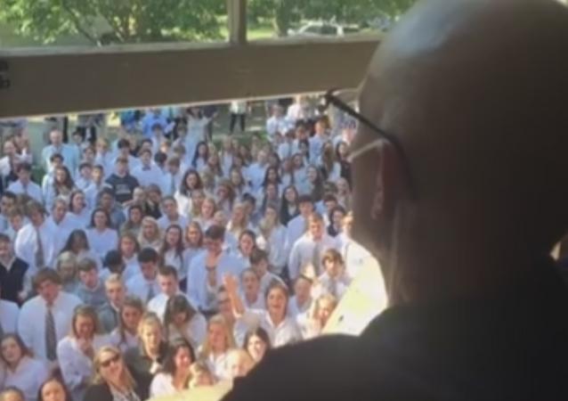 400 alumnos sorprenden a su profesor enfermo de cáncer con una canción